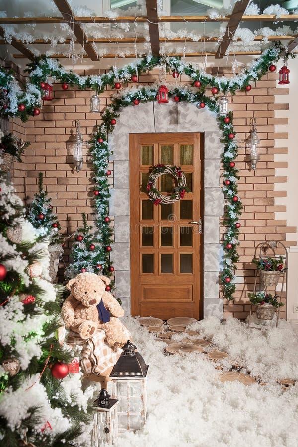 καλυμμένα όρη σπιτιών ελβετικά χειμερινά δάση χιονιού σκηνής μικρά Χριστουγεννιάτικα δέντρα που στέκονται στο εσωτερικό το ναυπηγ στοκ εικόνα
