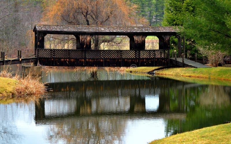 Καλυμμένη γέφυρα πέρα από τον ποταμό, Hollis, Μαίην στην ανατολή στοκ εικόνες