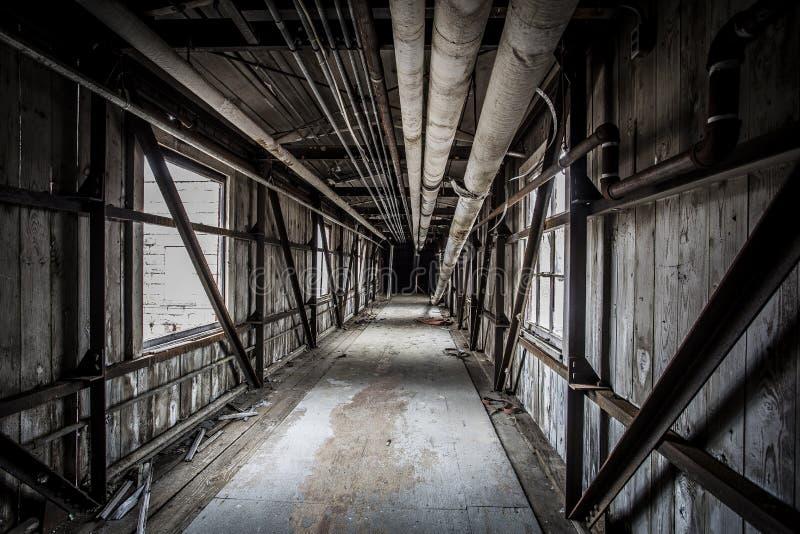 Καλυμμένη γέφυρα σε ένα εγκαταλειμμένο εργοστάσιο στοκ εικόνες με δικαίωμα ελεύθερης χρήσης