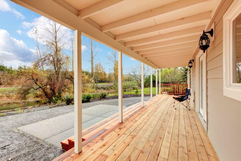 Καλυμμένη ξύλινη γέφυρα στην πίσω αυλή με το τοπίο φθινοπώρου στοκ εικόνες