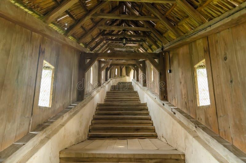 Καλυμμένη ξύλινη διάβαση σκαλοπατιών στοκ φωτογραφία