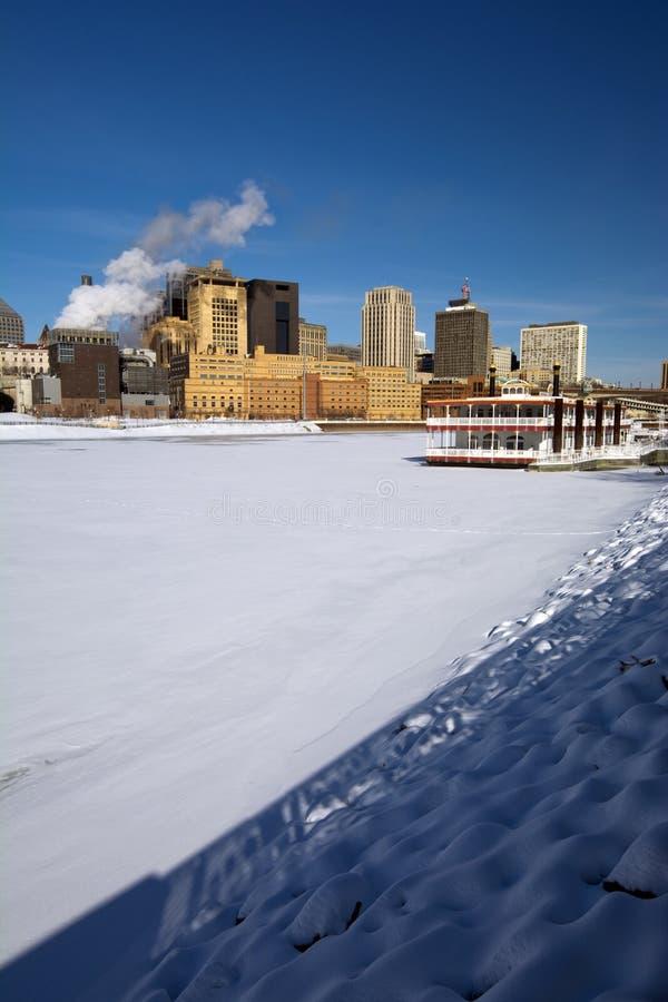 Καλυμμένο πάγος ποτάμι Μισισιπή με τον ορίζοντα του Saint-Paul, Μινεσότα, ΗΠΑ στοκ φωτογραφίες με δικαίωμα ελεύθερης χρήσης