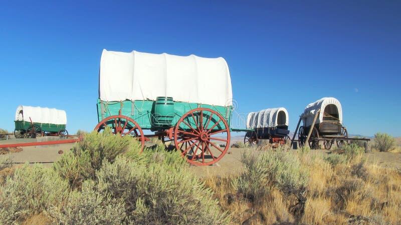 Καλυμμένο τραίνο βαγονιών εμπορευμάτων που περιβάλλεται στο στρατόπεδο κατά μήκος του ίχνους του Όρεγκον στοκ φωτογραφία