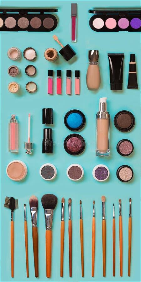 Καλλυντικά για το του προσώπου makeup: βούρτσες, σκόνη, κραγιόν, σκιά ματιών, trimmer και άλλα εξαρτήματα στην μπλε κορυφή υποβάθ στοκ φωτογραφία με δικαίωμα ελεύθερης χρήσης