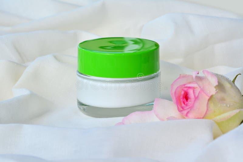 Καλλυντική τροφοδότηση δερμάτων κρέμας χαλαρώνοντας moisturizer στο βάζο στοκ φωτογραφίες