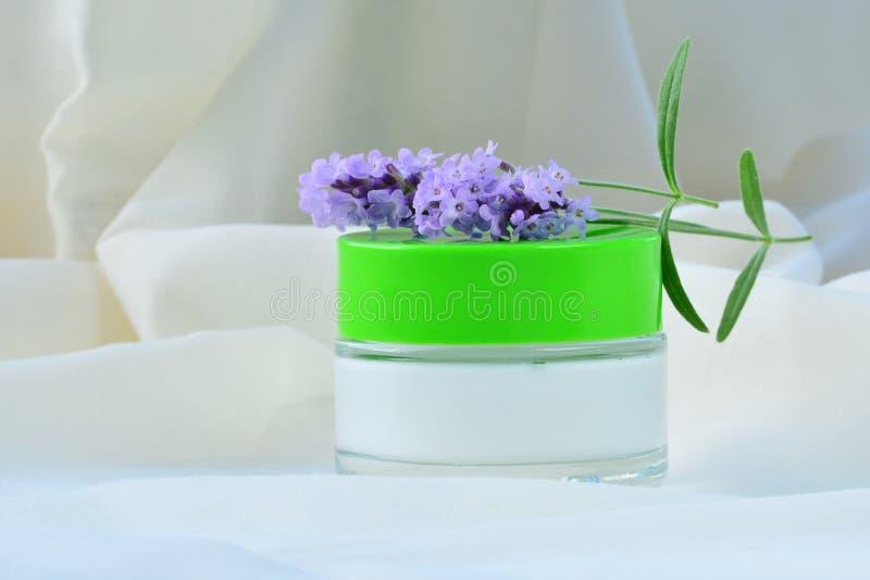 Καλλυντική τροφοδότηση δερμάτων κρέμας χαλαρώνοντας moisturizer στο βάζο στοκ εικόνα με δικαίωμα ελεύθερης χρήσης