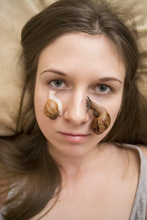 Καλλυντικό μασάζ με τα σαλιγκάρια για την αναζωογόνηση του δέρματος στοκ εικόνες