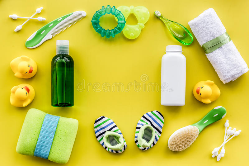 Καλλυντικό λουτρών που τίθεται για τα παιδιά, το κίτρινο τοπ διάστημα άποψης πετσετών και υποβάθρου παιχνιδιών για το κείμενο στοκ φωτογραφία με δικαίωμα ελεύθερης χρήσης