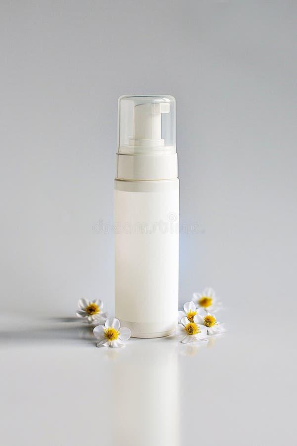 Καλλυντικό προϊόν για την κρέμα, αφρός, σαμπουάν Στην άσπρη ανασκόπηση στοκ φωτογραφία
