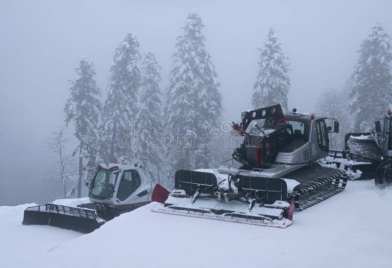 Καλλωπισμός χιονιού στην κλίση του χιονοδρομικού κέντρου Γκόρκυ Gorod στοκ εικόνα με δικαίωμα ελεύθερης χρήσης