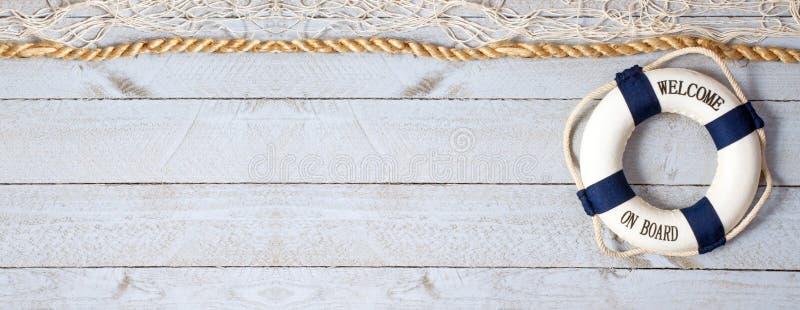 Καλωσορίστε εν πλω - lifebuoy με το κείμενο στο ξύλινο υπόβαθρο στοκ φωτογραφία με δικαίωμα ελεύθερης χρήσης