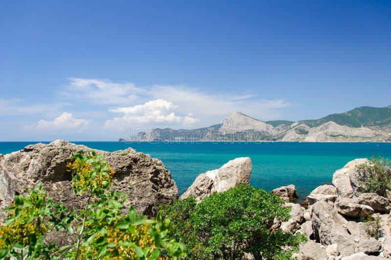 Καλός καιρός στη θάλασσα Βράχοι, σύννεφα, μπλε ουρανός στοκ εικόνες με δικαίωμα ελεύθερης χρήσης