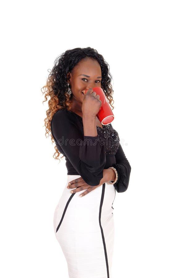 Καλός καφές κατανάλωσης γυναικών στοκ φωτογραφία με δικαίωμα ελεύθερης χρήσης
