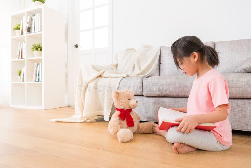 Καλός teddy αντέχει συνοδευόμενος με στοκ εικόνες με δικαίωμα ελεύθερης χρήσης