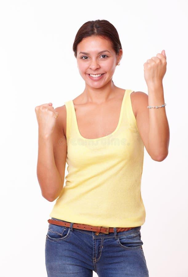 Καλό γοητευτικό νέο κορίτσι με τη νίκη της χειρονομίας στοκ φωτογραφία με δικαίωμα ελεύθερης χρήσης