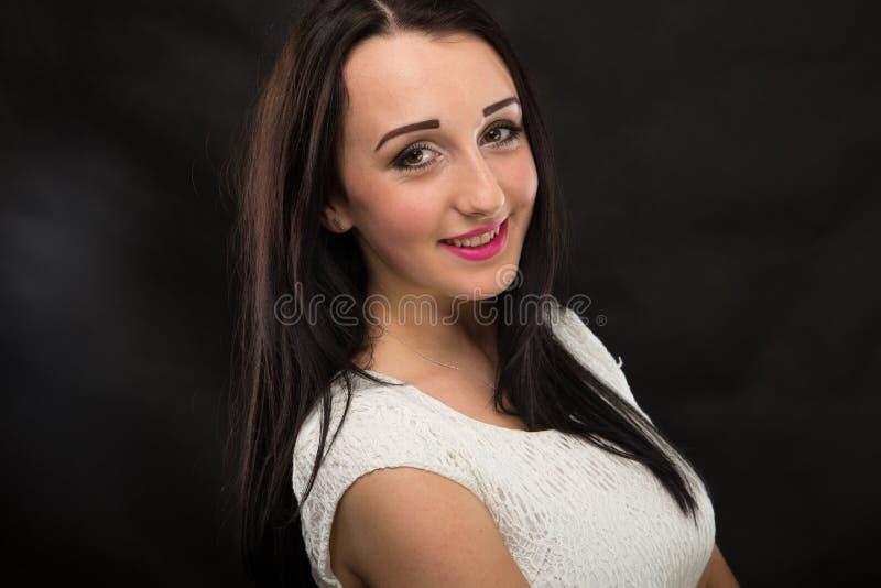 Καλό κορίτσι πορτρέτων στο στούντιο στοκ εικόνες