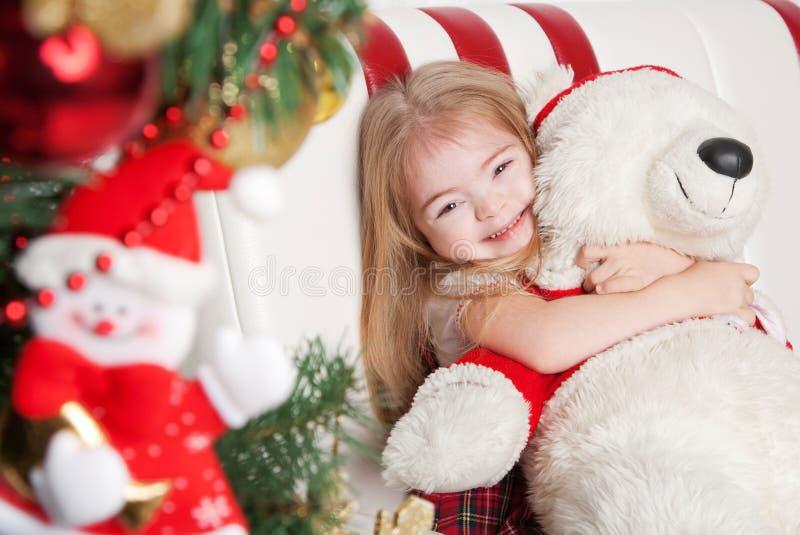 Καλό μικρό κορίτσι που αγκαλιάζει μια teddy αρκούδα στοκ φωτογραφία με δικαίωμα ελεύθερης χρήσης