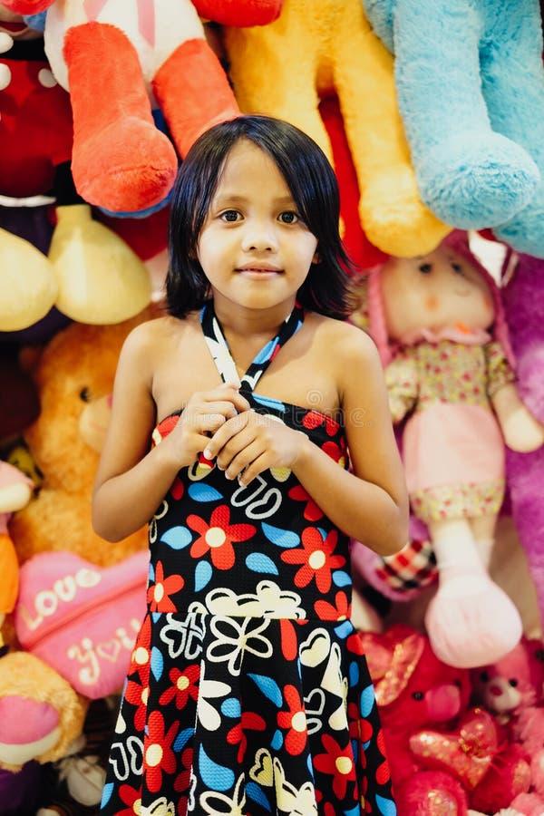 Καλό νέο μικρό κορίτσι που στέκεται σε ένα teddy κατάστημα αρκούδων στοκ φωτογραφίες με δικαίωμα ελεύθερης χρήσης