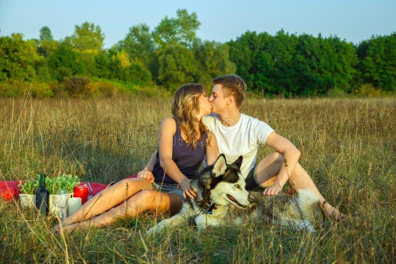 Καλό νέο όμορφο ζεύγος που στηρίζεται στο πάρκο στοκ φωτογραφία με δικαίωμα ελεύθερης χρήσης