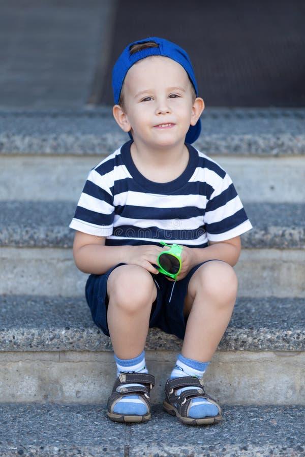 Καλό παιδί που περιμένει έναν περίπατο στοκ εικόνες