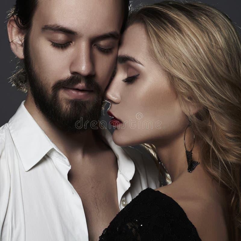 Καλό όμορφο πορτρέτο ζευγών γυναίκα ομορφιάς και όμορφος άνδρας στοκ φωτογραφία με δικαίωμα ελεύθερης χρήσης