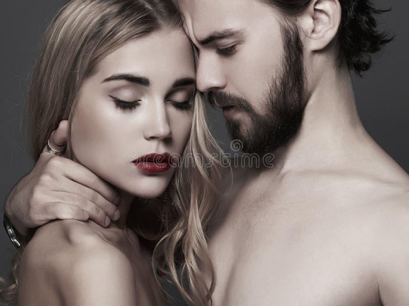 Καλό όμορφο πορτρέτο ζευγών γυναίκα ομορφιάς και όμορφος άνδρας στοκ εικόνα