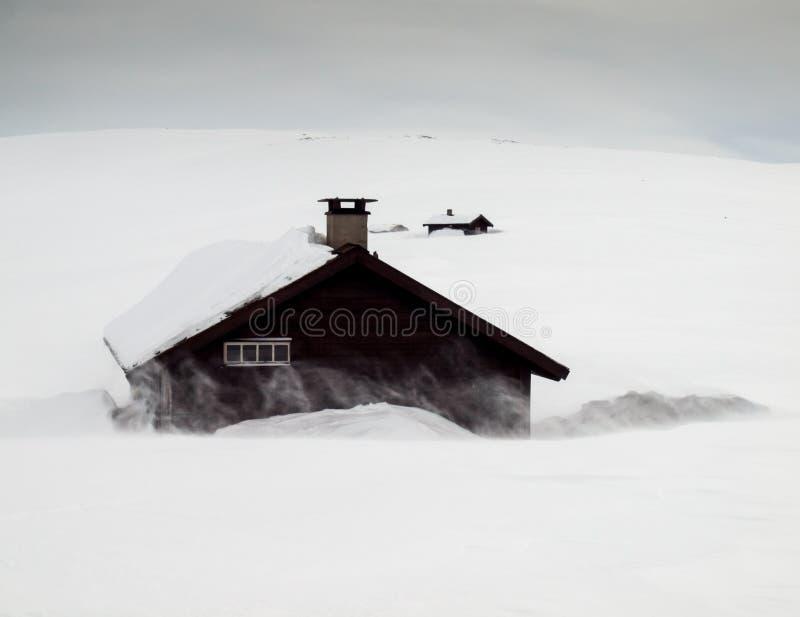 Καλύβες βουνών στη θύελλα χιονιού στοκ φωτογραφία