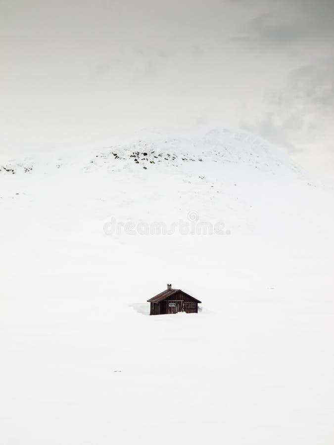 Καλύβες βουνών στη θύελλα χιονιού στοκ εικόνες