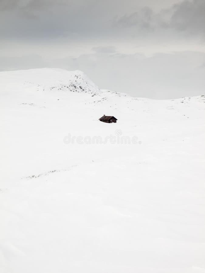 Καλύβες βουνών στη θύελλα χιονιού στοκ φωτογραφίες με δικαίωμα ελεύθερης χρήσης
