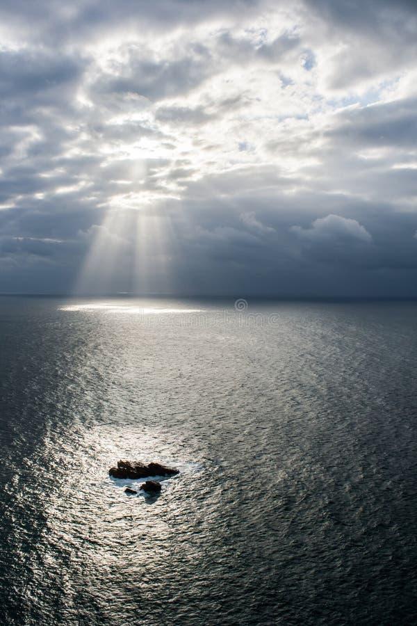 καλύπτει το λάμποντας ήλιο στοκ φωτογραφία με δικαίωμα ελεύθερης χρήσης