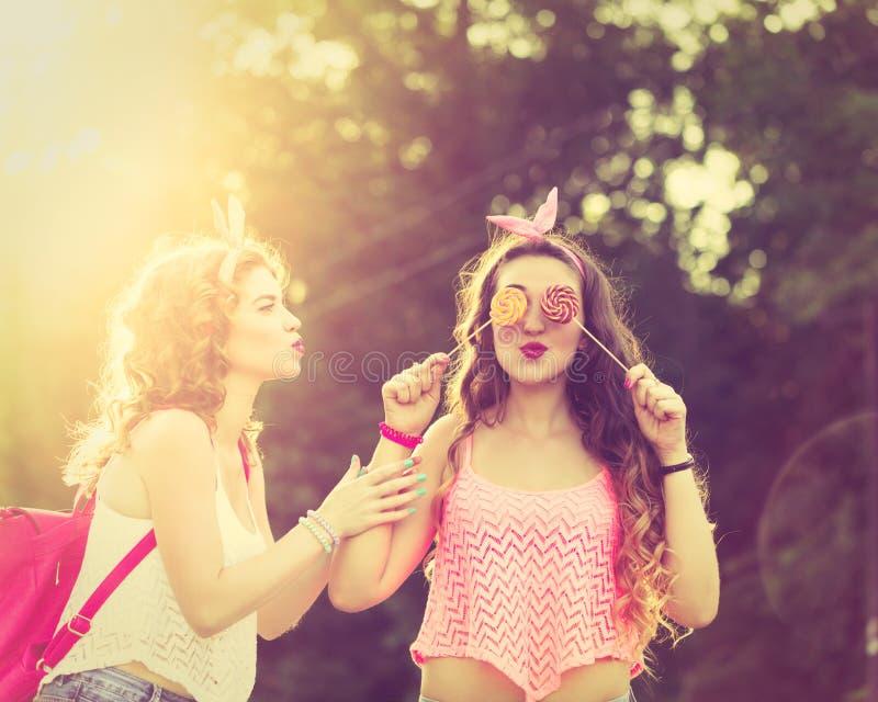 Καλύτερες φίλες lollipops Ηλιοβασίλεμα στοκ φωτογραφίες με δικαίωμα ελεύθερης χρήσης