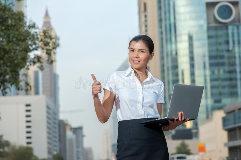 Καλύτερη εργασία Επιτυχής επιχειρηματίας που στέκεται στην οδό στα FO στοκ φωτογραφία