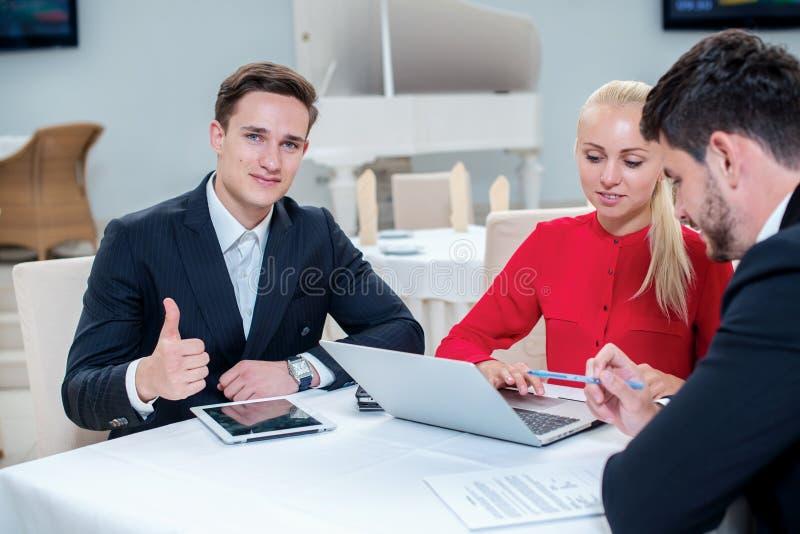 Καλύτερη εργασία Επιτυχής επιχειρηματίας τρία που συζητά την εργασία σε μια περιτύλιξη στοκ εικόνες