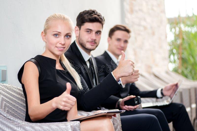 Καλύτερη στρατολόγηση Τρεις υποψήφιοι για την εργασία στο γραφείο κάθονται στοκ εικόνες