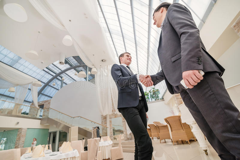 Καλύτερη τοπ διαπραγμάτευση! Νέος επιχειρηματίας δύο που στέκεται απέναντι από κάθε othe στοκ φωτογραφία με δικαίωμα ελεύθερης χρήσης