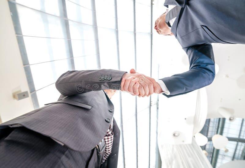 Καλύτερη τοπ διαπραγμάτευση! Νέος επιχειρηματίας δύο που στέκεται απέναντι από κάθε othe στοκ φωτογραφία