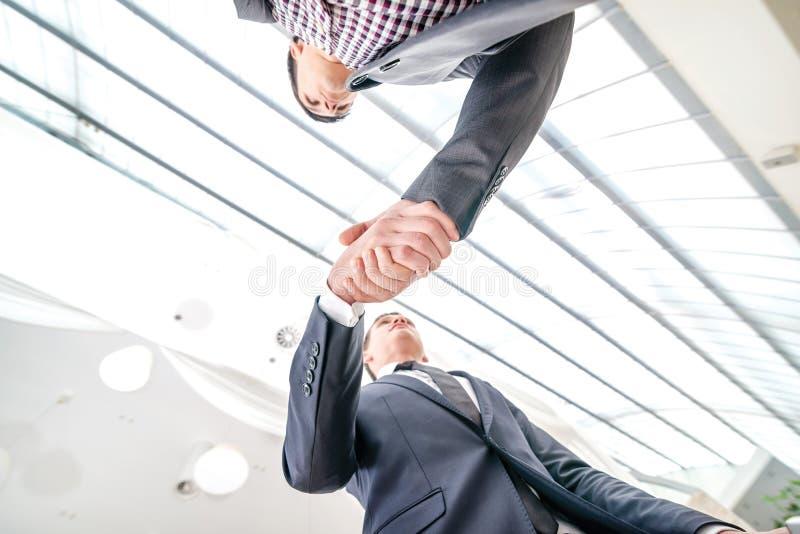 Καλύτερη τοπ διαπραγμάτευση! Νέος επιχειρηματίας δύο που στέκεται απέναντι από κάθε othe στοκ εικόνες