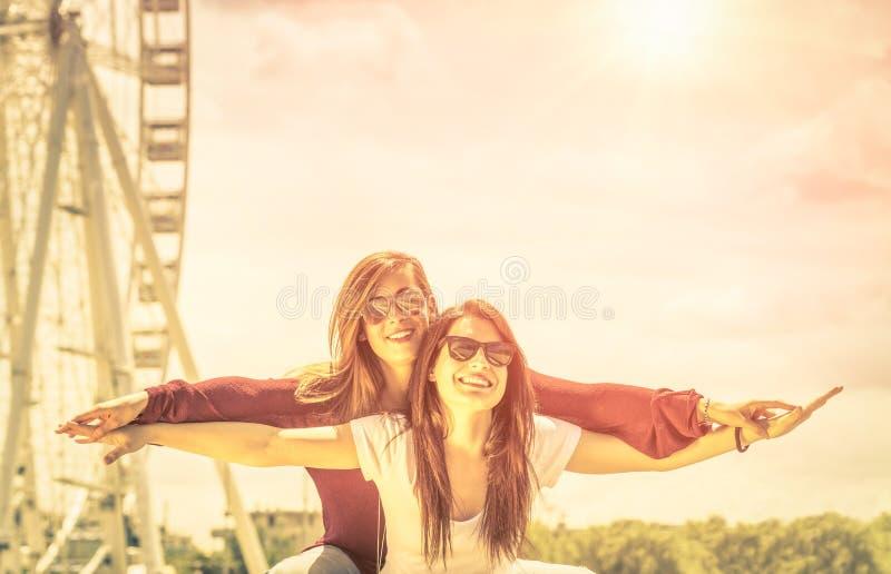 Καλύτεροι φίλοι που απολαμβάνουν το χρόνο μαζί υπαίθρια στη ρόδα ferris στοκ φωτογραφίες με δικαίωμα ελεύθερης χρήσης