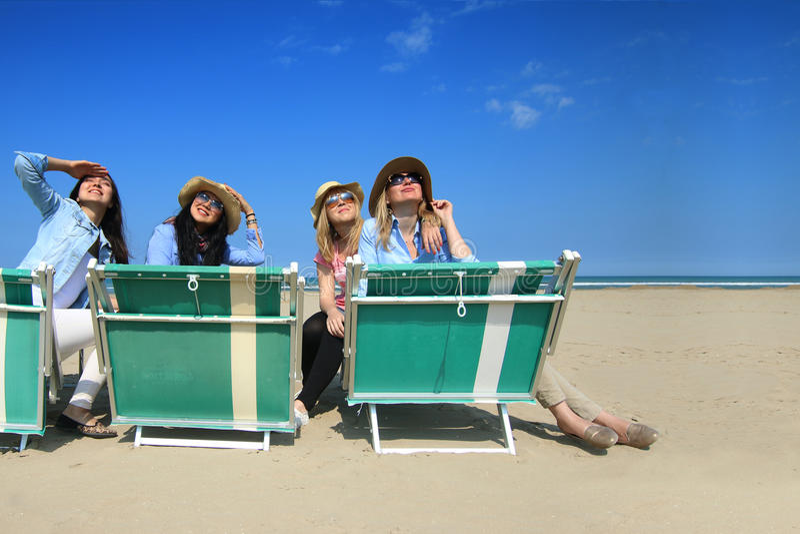 Καλύτεροι φίλοι στην παραλία που εξετάζουν τον ήλιο στοκ εικόνα με δικαίωμα ελεύθερης χρήσης