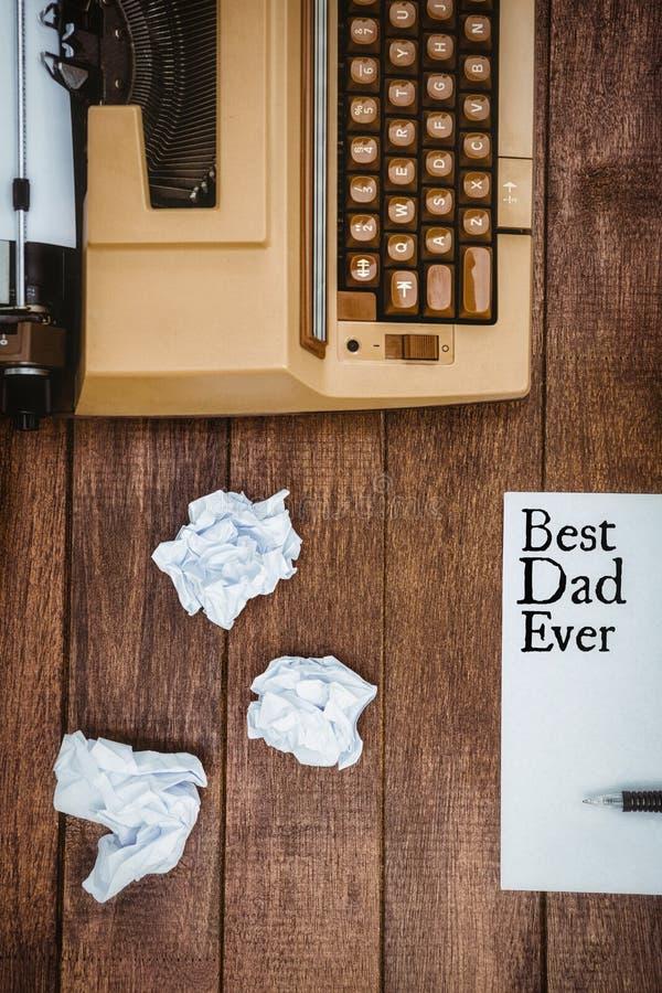 Καλύτερος μπαμπάς που γράφεται πάντα σε χαρτί στοκ φωτογραφίες
