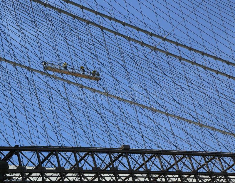 Καλώδια επισκευής πληρωμάτων εργατών οικοδομών στη γέφυρα του Μπρούκλιν στοκ εικόνες