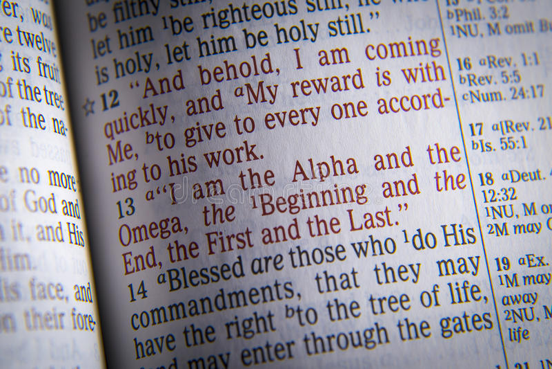 Κείμενο Βίβλων είμαι του άλφα και η Omega στοκ εικόνες