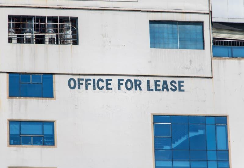Κείμενο για την ενοικίαση του ελεύθερου χώρου γραφείου στο κτήριο στοκ φωτογραφία με δικαίωμα ελεύθερης χρήσης