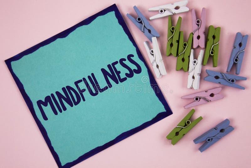 Κείμενο γραφής που γράφει Mindfulness Η σημασία έννοιας που είναι συνειδητή ηρεμία συνειδητοποίησης δέχεται τις σκέψεις και τα συ στοκ εικόνα με δικαίωμα ελεύθερης χρήσης