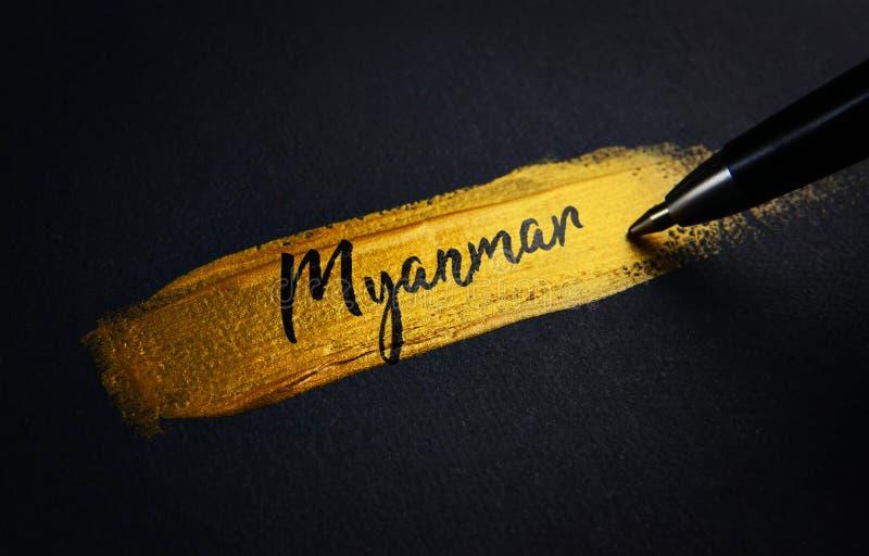 Κείμενο γραφής του Μιανμάρ στο χρυσό κτύπημα βουρτσών χρωμάτων στοκ εικόνα