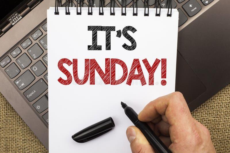 Κείμενο γραψίματος λέξης η κλήση της Κυριακής του Η επιχειρησιακή έννοια για Relax απολαμβάνει την ελεύθερη χαλάρωση ημέρας ανάπα στοκ φωτογραφία