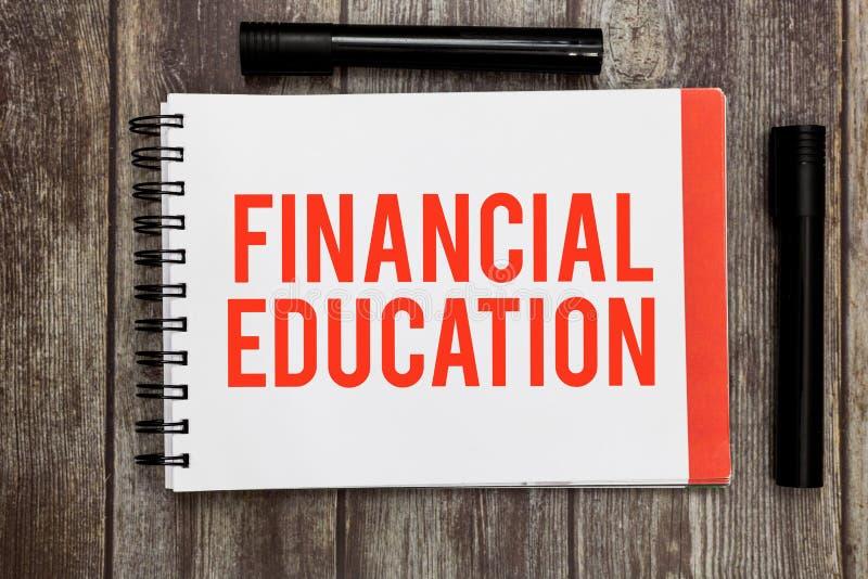 Κείμενο γραψίματος λέξης οικονομική εκπαίδευση Επιχειρησιακή έννοια για την κατανόηση των νομισματικών περιοχών όπως τη χρηματοδό στοκ φωτογραφία με δικαίωμα ελεύθερης χρήσης