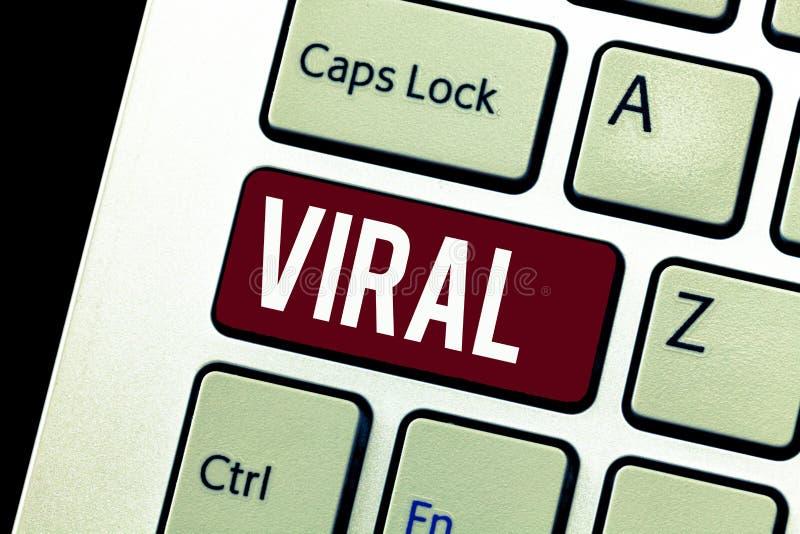 Κείμενο γραψίματος λέξης προερχόμενο από ιό Επιχειρησιακή έννοια για κυκλοφορημένος γρήγορα και ευρέως από έναν χρήστη του Ίντερν στοκ φωτογραφία