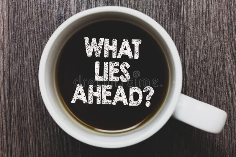 Κείμενο γραψίματος λέξης τι βρίσκεται μπροστά ερώτηση Επιχειρησιακή έννοια για τη ζήτηση τις πληροφορίες για κάτι στα μαύρα WI κα στοκ εικόνα
