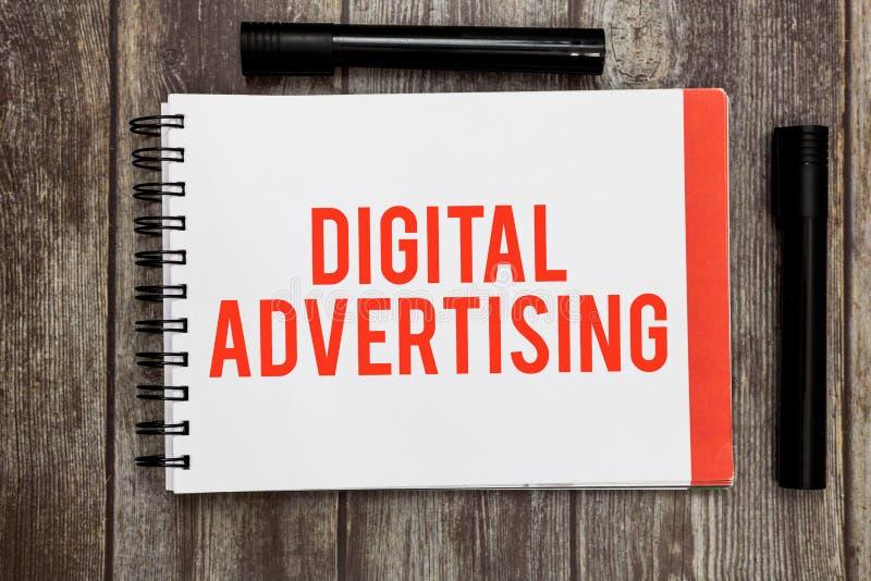 Κείμενο γραψίματος λέξης ψηφιακή διαφήμιση Η επιχειρησιακή έννοια για on-line να εμπορευτεί παραδίδει την προωθητική εκστρατεία μ στοκ φωτογραφία με δικαίωμα ελεύθερης χρήσης